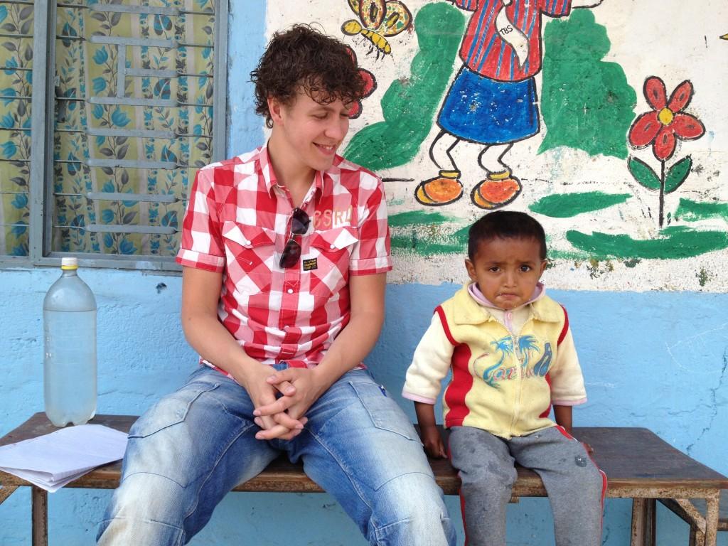 Felmen met een leerling van de Tarakunj School in Nepal